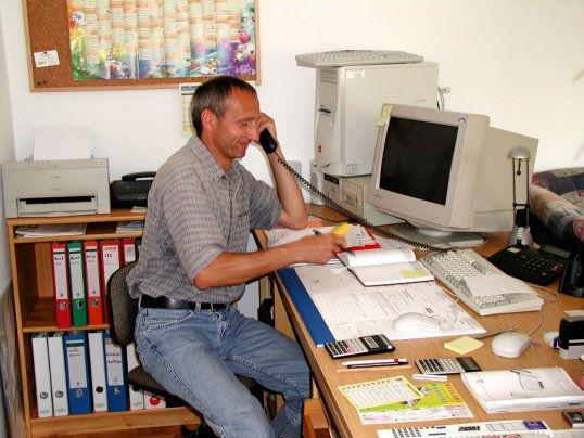 Dieter Wenzl in Büro